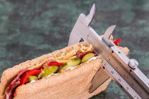 Um abzunehmen müsse man nur weniger Kalorien zu sich nehmen als man verbraucht. Aber stimmt das wirklich? Wir zeigen Dir, was beim Abnehmen wirklich zählt. www.mybodyartist.de