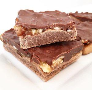 Du möchtest gerne abnehmen, aber wirst schnell zur Diva, wenn Du keine Snickers essen darfst? Kein Problem mit diesem leckeren Rezept für Protein Snickers. www.mybodyartist.de