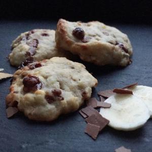 Auch in der Weihnachtszeit ist bei uns Naschen ohne Reue angesagt, denn diese leckeren Low Carb Chocolate Chip Cookies enthalten weder Zucker noch Weizen. www.mybodyartist.de
