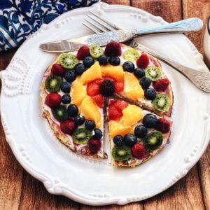 Diese Frühstückspizza ist das ideale Gericht für alle, die sich morgens gerne etwas Süßes gönnen, aber auch auf ihre schlanke Linie achten wollen. Das Rezept findest Du auf unserem Blog auf www.mybodyartist.de!