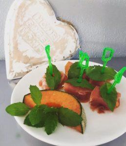 10 Sommersnacks für den kleinen Hunger. Hier geht es zu den Rezepten für Schokoerdbeeren, Melone mit Prosciutto und Co.: www.mybodyartist.de