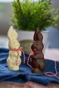 Selbstgemachter Schoko-Osterhase (low carb, glutenfrei und ohne Zucker) in weisser oder dunkler Schokolade - Rezept auf www.mybodyartist.de