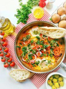 Vegetarisches Shakshuka ist eine Spezialität aus der israelischen und nordafrikanischen Küche und ist ein tolles Gericht für alle, die sich vegetarisch, aber gleichzeitig auch eiweißreich ernähren möchten. Da man dafür zudem nur wenige Zutaten benötigt, ist es auch ein super Rezept für den kleinen Geldbeutel. Das Rezept findest Du auf www.mybodyartist.de