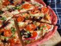 Dieses Rezept für glutenfreie Pizza mit Rote Bete Boden ist nicht nur kalorienarm, sondern auch ein echter Sattmacher. Du findest das Rezept auf www.mybodyartist.de!