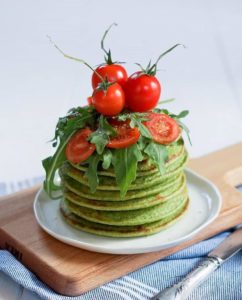 Spinatpfannkuchen - das perfekte Rezept für alle, die morgens gerne etwas Herzhafteres frühstücken. Das Rezept findest Du auf www.mybodyartist.de!