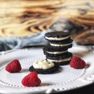 Dieses Rezept für Low Carb Oreo Kekse ist ideal für alle, die sich etwas gesünder ernähren, aber dabei nicht auf Süßes verzichten wollen. www.mybodyartist.de