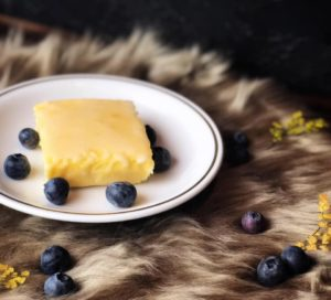 Dieser Low Carb Zitronenkuchen ist ideal für alle, denen es schwerfällt den Heißhunger zu kontrollieren. Denn er ist nicht nur mega kalorienarm, sondern aufgrund seines hohen Eiweiß- und Ballaststoffgehalts auch ein echter Sattmacher. Das Rezept findest Du auf www.mybodyartist.de!
