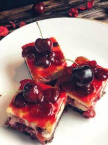 Dieser Protein Kirschkuchen ist perfekt für alle, die mal Lust auf etwas Süßes haben, aber gleichzeitig auch auf ihre Figur achten wollen. Denn er ist reich an sattmachenden Ballaststoffen, unglaublich proteinreich und mit nur 163 kcal pro Stück auch mega kalorienarm. www.mybodyartist.de