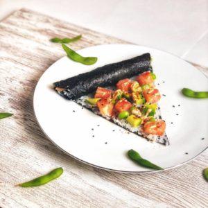 Diese Sushi Pizza ist ideal für alle, die Sushi lieben und mal etwas Neues ausprobieren möchten.Aufgrund ihres niedrigen Kaloriengehalts eignet sie sich zudem auch gut zum Abnehmen. www.mybodyartist.de