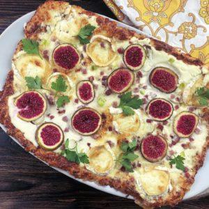 Dieser Low Carb Flammkuchen ist nicht nur etwas für Gourmets, sondern auch für alle Abnehmwilligen. Denn er ist sowohl reich an Eiweiß und sattmachenden Ballaststoffen als auch relativ kalorienarm. www.mybodyartist.de