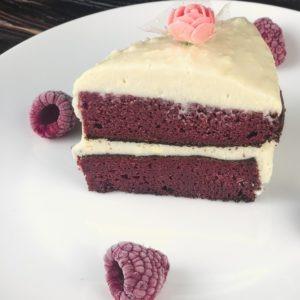 Dieser Low Carb Red Velvet Kuchen gehört jetzt zu meinen Lieblingstorten. Denn sie lässt sich nicht nur kinderleicht zubereiten, sondern ist auch reich an Proteinen und Ballaststoffen, die Dein Sättigungsgefühl erhöhen. www.mybodyartist.de