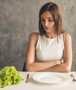 In diesem Artikel zeigen wir Dir, warum Du weder auf leeren Magen trainieren, noch abends auf Kohlenhydrate verzichten musst um abzunehmen.