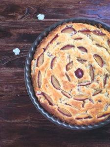 Ich muss sagen in diesen Low Carb Pflaumenkuchen habe ich mich wirklich ein kleines bisschen verliebt. Denn er hat nicht nur tolle Makros (wenig Kalorien, viel Eiweiß, gesunde Fette und reichlich Ballaststoffe), sondern schmeckt auch wirklich mega lecker. www.mybodyartist.de