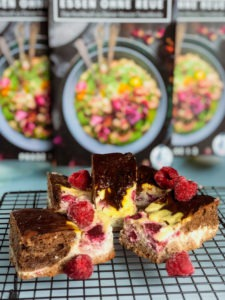 Diese Low Carb Cheesecake Brownies sind ideal für alle, die sich während ihrer Abnehmphase mal richtig etwas gönnen wollen ohne danach Gewissensbisse zu kriegen. Denn sie schmecken nicht nur wahnsinnig lecker, sondern sind im Vergleich zu normalen Brownies auch echt kalorienarm und machen aufgrund ihres hohen Protein- und Ballaststoffgehalts richtig satt. www.mybodyartist.de