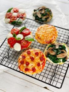 Diese Low Carb Mini Pizzen sind für mich der perfekte Abnehmsnack, denn sie sind nicht nur kalorienarm, sondern auch mega lecker. www.mybodyartist.de