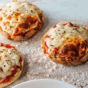Diese Skyr Pizza Muffins sind ideal für alle, die Pizza lieben, aber auch etwas auf ihre schlanke Linie achten wollen.